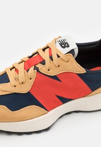 New Balance - 327 UNISEX - Trainers - beige/red - 5