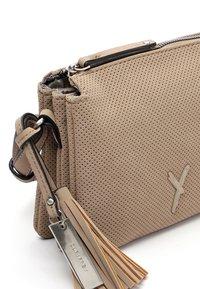 SURI FREY - ROMY  - Across body bag - sand - 4