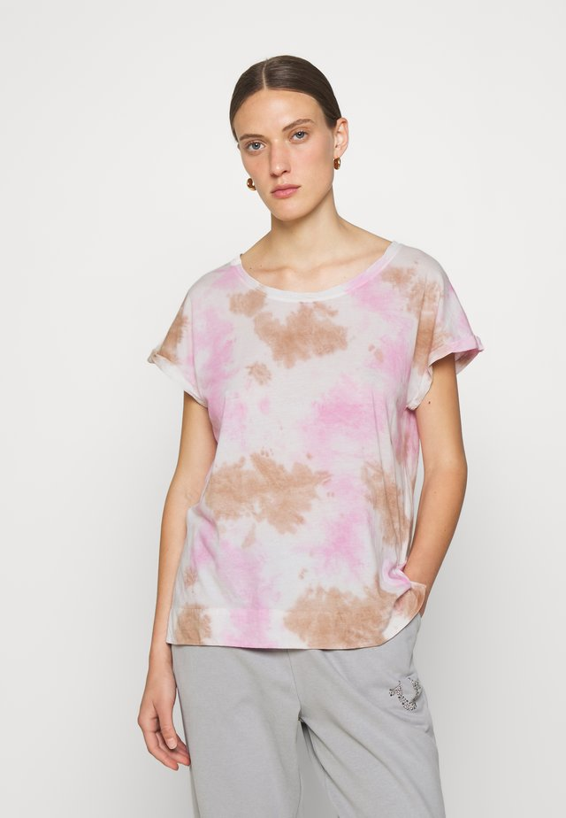 BOXY WIDE CREW - Print T-shirt - cherry/pic