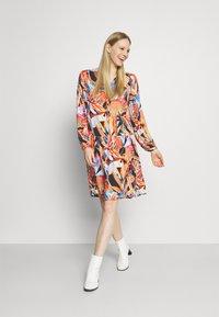 Emily van den Bergh - MIDI - Denní šaty - multicolour - 1