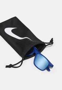Nike Sportswear - WHIZ UNISEX - Sluneční brýle - indigo force - 2