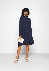 Minimum - BINDIE DRESS - Skjortekjole - navy blazer - 1