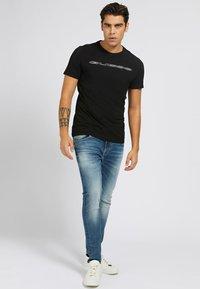 Guess - A$AP ROCKY - Print T-shirt - schwarz - 1