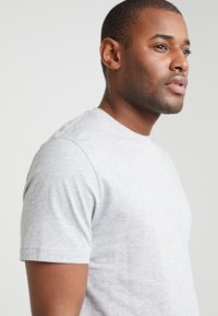 Filippa K - SINGLE CLASSIC TEE - Basic T-shirt - light grey - 4