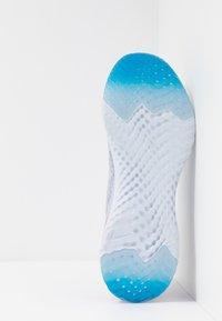 Nike Performance - EPIC PHANTOM REACT - Neutrala löparskor - indigo fog/black/ghost/stellar indigo - 4