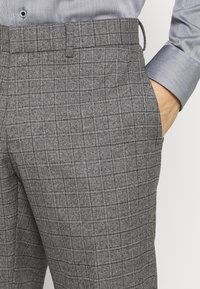 Isaac Dewhirst - CHECK DOUBLE BREASTED SUIT - Oblek - grey - 8