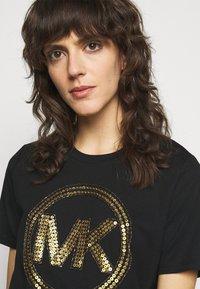 MICHAEL Michael Kors - Camiseta estampada - black/antique brass - 3