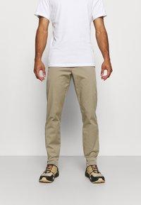 Peak Performance - MOMENT NARROW PANT - Kalhoty - true beige - 0