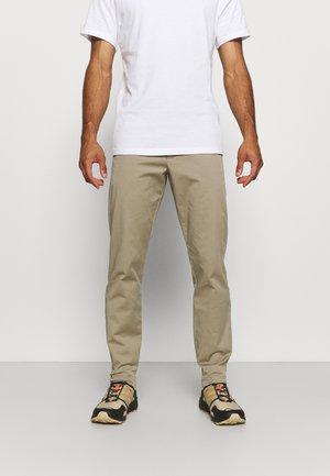 MOMENT NARROW PANT - Pantalones - true beige