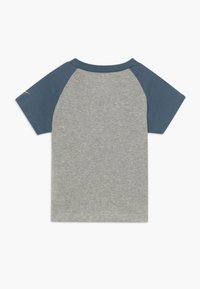Nike Sportswear - REBRAND REPEAT TEE BABY - Camiseta estampada - grey heather - 1