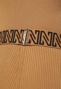 NIKKIE - PENNY DRESS - Pletené šaty - desert - 5