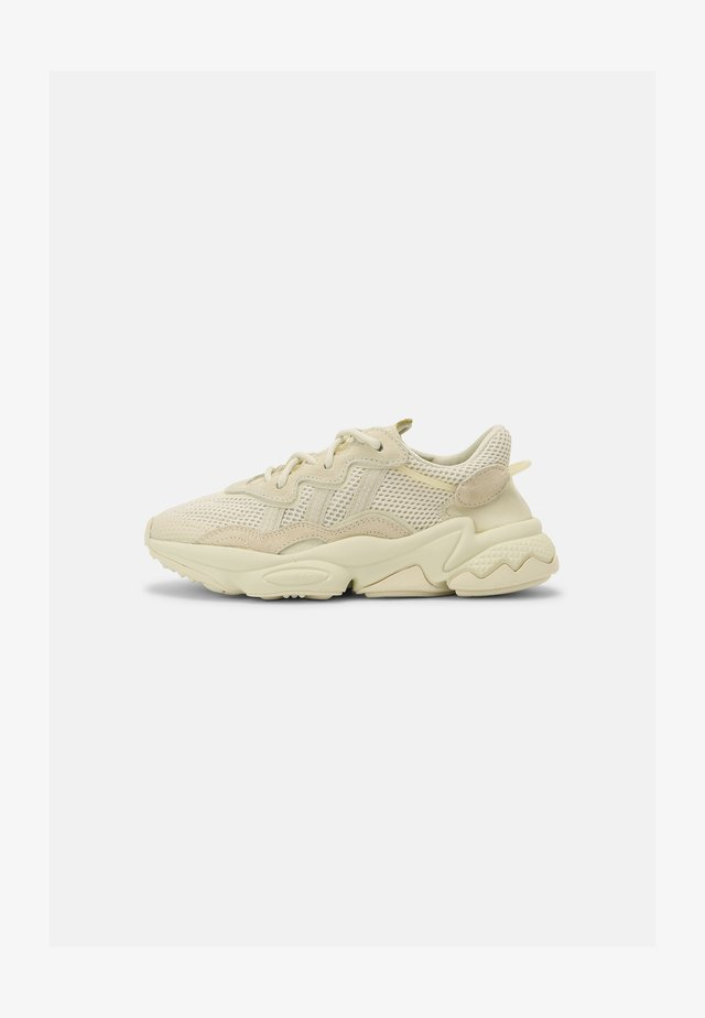 OZWEEGO J UNISEX - Sneakers laag - sand/white