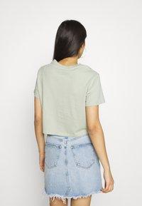 Levi's® - CROPPED JORDIE TEE - T-shirt imprimé - desert sage - 2