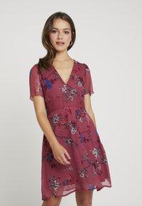 Vero Moda Petite - VMKATINKA  SHORT DRESS - Denní šaty - dry rose/katinka - 0