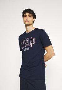 GAP - CITY ARCH TEE - Print T-shirt - london - 0