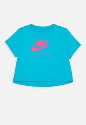 TEE AIR CROP - Print T-shirt - light blue fury