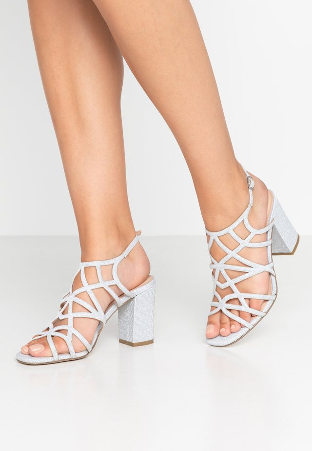 Sandały na obcasie - plata