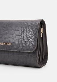 Valentino by Mario Valentino - SUMMER MEMENTO - Håndtasker - antracite - 3