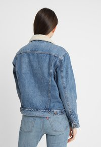 Levi's® - EX-BF SHERPA TRUCKER - Jeansjakke - addicted to love - 2