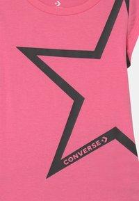 Converse - STAR CHEVRON RUFFLE SET - Print T-shirt - converse pink - 3