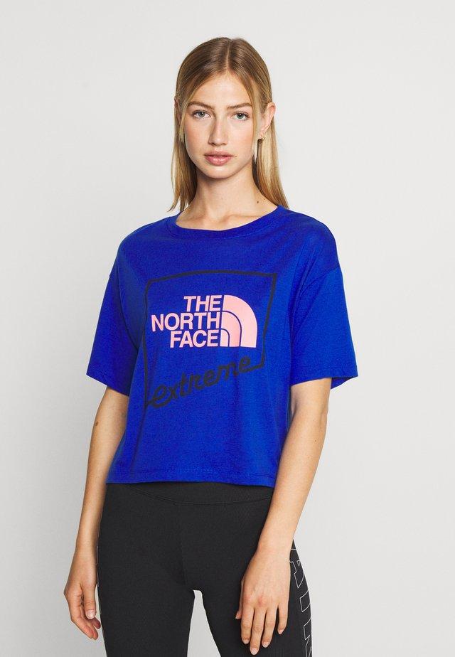 EXTREME CROP TEE - Print T-shirt - blue