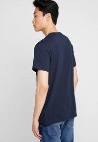 Timberland - STACK LOGO TEE - T-shirt con stampa - dark sapphire - 2