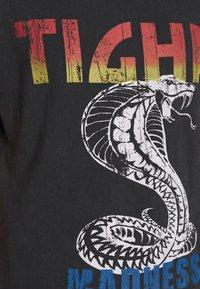 Tigha - WREN - T-shirt z nadrukiem - vintage black - 5