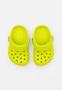 Crocs - CLASSIC - Sandały kąpielowe - lime punch - 3