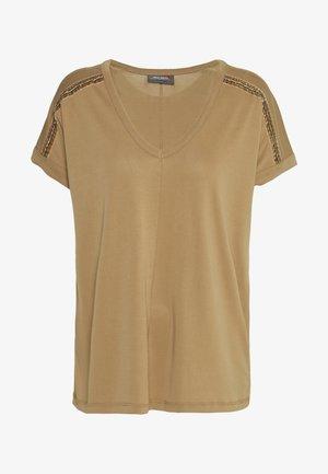 LENNOX TEE - Print T-shirt - burro camel