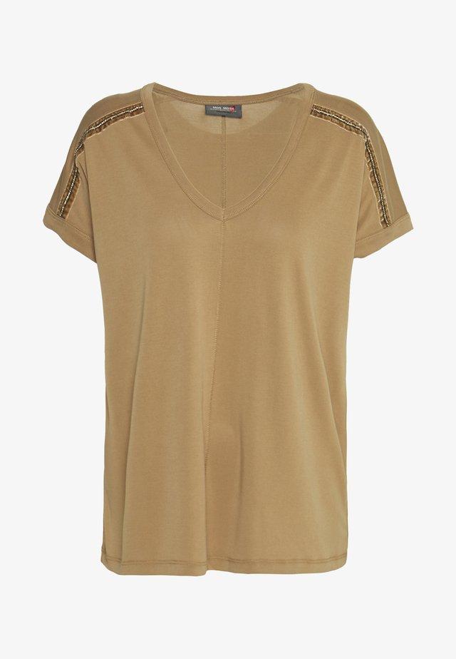 LENNOX TEE - T-shirt z nadrukiem - burro camel