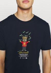 Jack & Jones - JORDENIMDOG TEE CREW NECK - Print T-shirt - navy blazer - 5