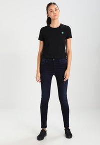 Wood Wood - UMA - Print T-shirt - black - 1