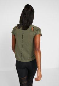 Nike Performance - AIR - T-shirt z nadrukiem - medium olive/black - 2