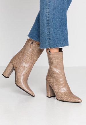 Kotníková obuv na vysokém podpatku - faggio