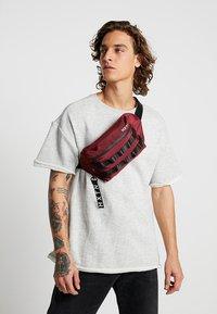HXTN Supply - UTILITY TAPER CROSSBODY - Bum bag - burgundy - 1