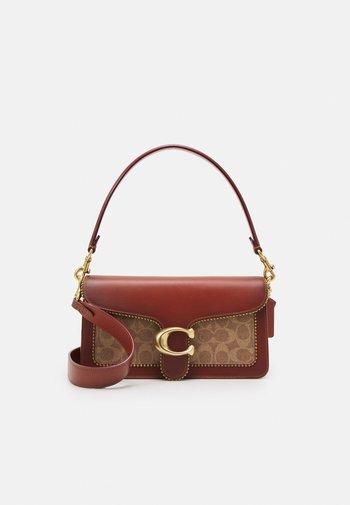 SIGNATURE WITH BEADCHAIN TABBY SHOULDER BAG  - Handbag - tan/rust