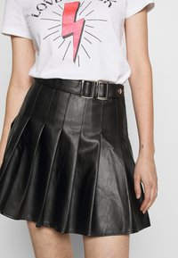 Missguided - PLEATED BUCKLE SKIRT - Minirok - black