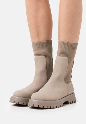 VEGAN KELSEYY - Platform boots - bone
