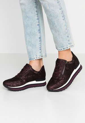 WIDE FIT - Trainers - merlot