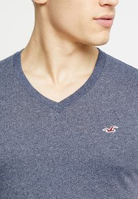 Hollister Co. - 5 PACK  - T-shirt con stampa - white/grey/red/navy texture/black - 5