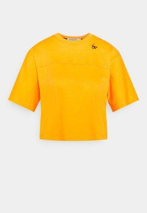 LOGO TAPE CROP TEE - Print T-shirt - island orange
