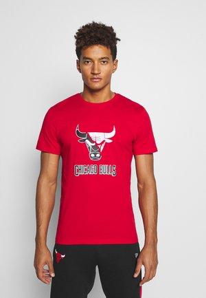 CHICAGO BULLS NBA SPLIT LOGO TEE - Club wear - front door red