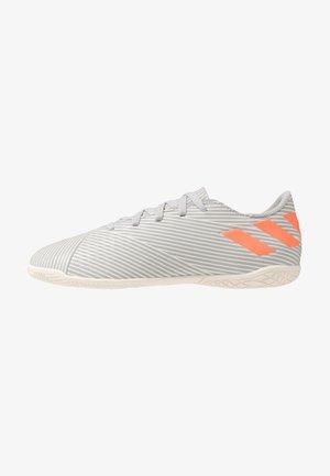 NEMEZIZ 19.4 IN - Indoor football boots - grey two/solar orange/white