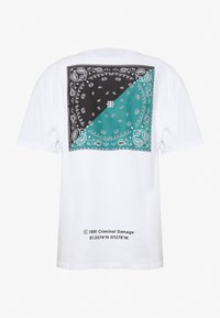 Criminal Damage - BANDANA PANEL TEE - Print T-shirt - white/multi - 1