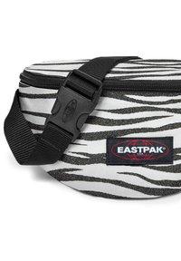 Eastpak - SPRINGER - Bum bag - anml shinelines - 4