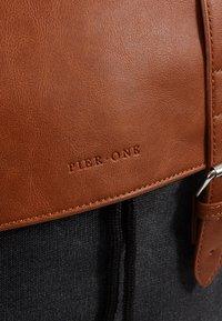 Pier One - UNISEX - Tagesrucksack - black/cognac - 4