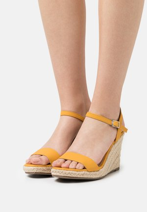 RAYRAY WEDGE - Sandalen met plateauzool - yellow
