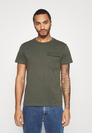 INSTIT UTILITY POCKET TEE - T-shirt basic - deep depths