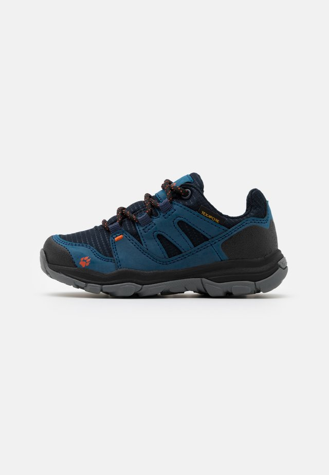 MTN ATTACK 3 TEXAPORE LOW UNISEX - Hiking shoes - dark blue/orange