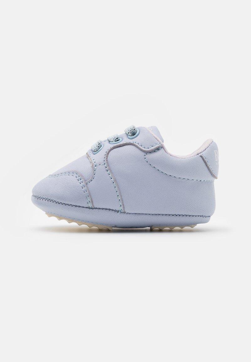 BOSS Kidswear - TRAINERS - Babyschoenen - pale blue